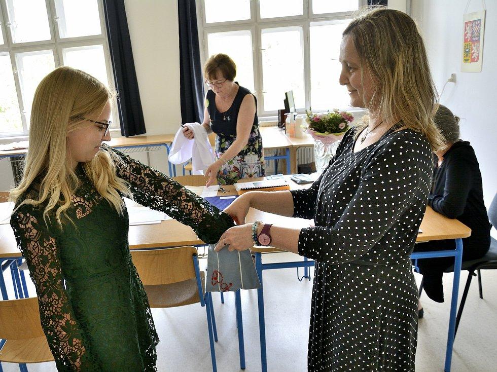 Maturitní zkoušky studentek dálkového studia školní a předškolní pedagogiky v Berouně.