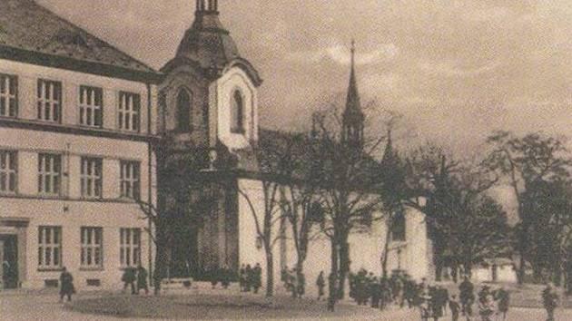 Do fotografie kostela a sadů Svatopluka Čecha vstupuje kus místní školy. Svatopluk Čech tam strávil krátké období v dětství, přesto na něm Liteň zanechala stopu.