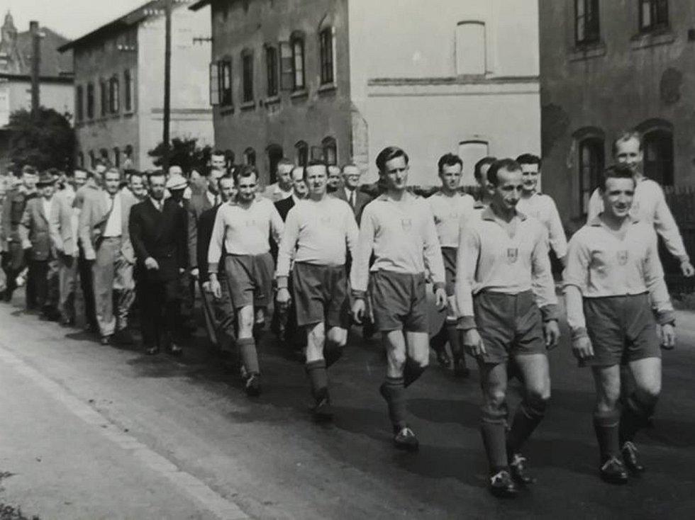 Loděničtí fotbalisté při slavnostním defilé obcí.