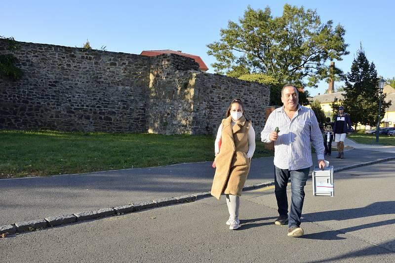 V Berouně vyrazil mobilní tým s urnou za voliči.