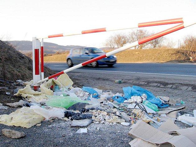 Odpad kolem silnic Berounska - lokalita mezi Zdicemi a Libobyšlí