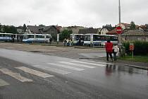 Přechod pro chodce mají školáci při cestě od autobusu daleko.