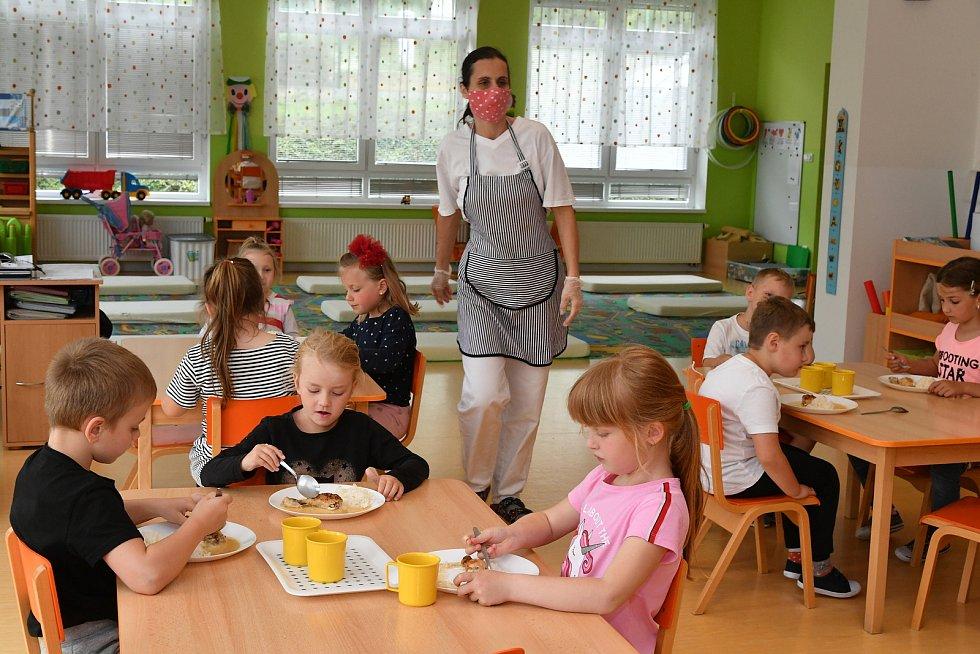 Jídelna ve školce v době koronaviru.