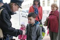 Policisté radili dětem jak přecházet silnici.