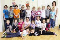 Prvňáčci ze ZŠ a MŠ Cerhovice s třídní učitelkou Hanou Červinkovou.
