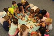 Děti v Mateřské škole v Loděnici poznávají svět.
