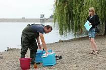Hygienici měří kvalitu vody. Archivní foto.