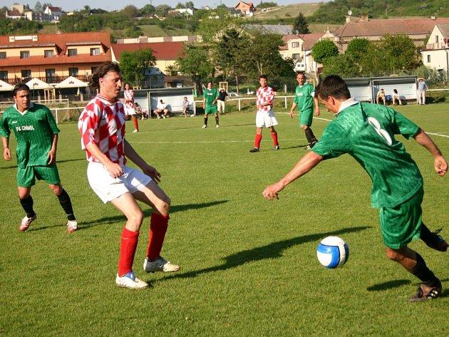 Český Lev Beroun  si po výhře nad Mutějovicemi udržel druhé místo, s dvoubodovou ztrátou na vedoucí Lhotu.