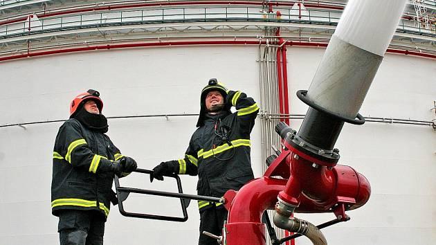 AMBASSADOR je velmi výkonná hasičská jednotka, která dokáže vystříkat až 22 700 litrů hasicí látky za minutu. Výška proudu dosáhne až 67 metrů. Předpokládá se, že dva Ambassadory tak, jak byly použity, by uhasily požár nádrže zhruba za hodinu