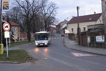 Přechod v Pražské ulici v Hořovicích u zámku bude zvýrazněn svislým i vodorovným značením