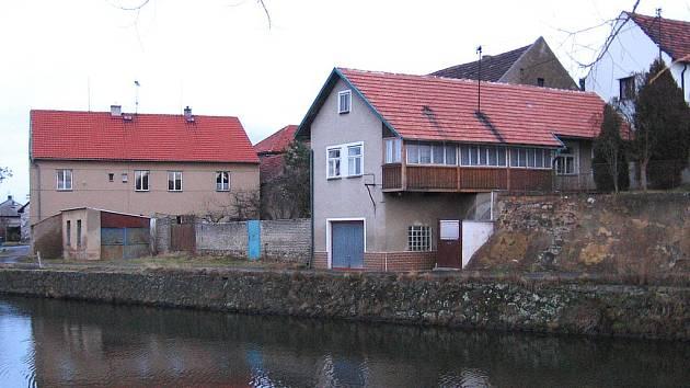 Stará zeď už je minulostí. Povodí Vltavy zajistilo její opravu.