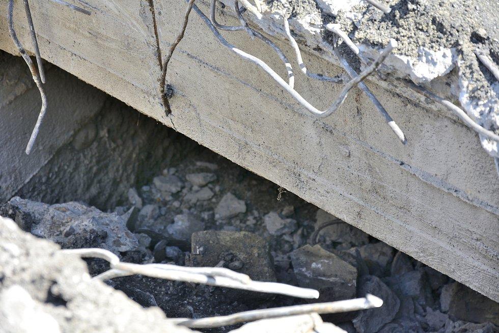 Konstrukce mostku přes původní vodní náhon, který byl v roce 1986 zasypán