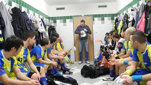 Trenér Milan Karšňák rozděluje úkoly.