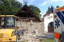 V Dobřichovicích se na dělníka zřítil domovní štít