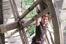 Královský palác hradu Točník opravovali tesaři za pomoci středověkého stroje