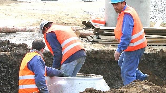 Výstavba kanalizace je v Zahořanech v plném proudu.
