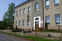 Poničené prostranství před budovou školy v Újezdě.