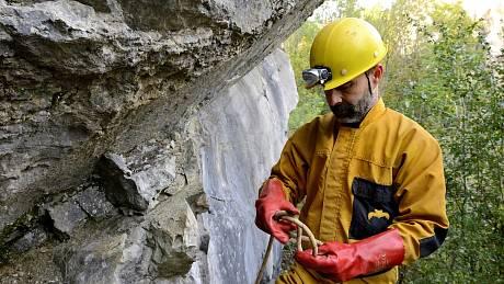 Práce jeskyňářů na uzávěru jeskyně