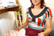 Pracovnice na oddělení cestovních dokladů mají v období, kdy lidé jezdí na  dovolenou, plné ruce práce.