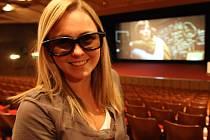 Berounské kino Mír má novou technologii 3D. Na snímku jedna z divaček se speciálními brýlemi pro 3D projekci.