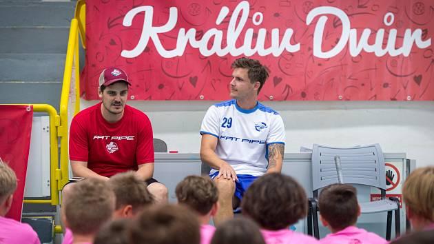 Na Rookie Campu v Králově Dvoře besedovali D. Podhráský a J. Kukkola s mladými florbalisty.