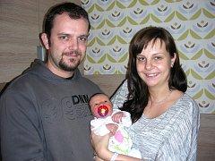 Šťastný novopečení rodiče Simona Formánková a Josef Nešvera z Tlustice chovají v náručí dcerku Sabinu, kterou přivítali společně na světě 10. ledna 2016. Sabince sestřičky na porodním sále navážily 3,53 kg a naměřily 49 cm.