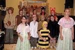 Děti zahrály kamarádům pohádku Chaloupka v lese