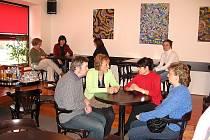 Kavárna Jiná káva nabízí příjemné posezení, nezapomíná ale ani na kulturní program