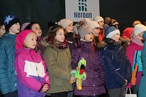 Na Husově náměstí v Berouně zpívaly sbory Krákorky, Meluzíny a přípravka.
