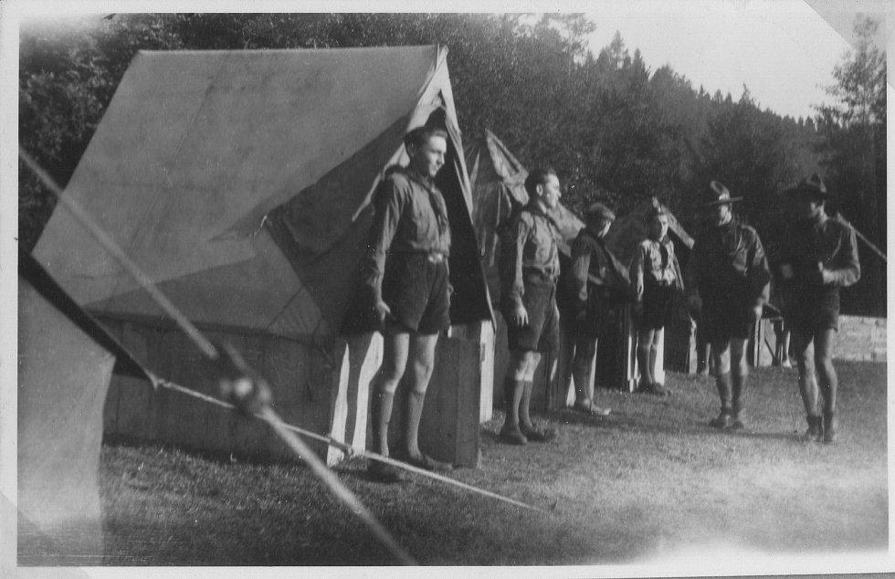 Junák Komárov (1945 - 1948). Skautský tábor u Podmokelského mlýna (1946): táborníci na nástupu.