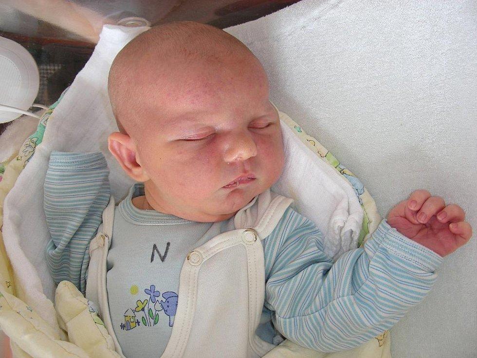 Domů do Dobřichovic si rodiče Anatalka a Serges odvezou synka Vasyla Pokorbu, který se narodil v pátek 25. února. Po porodu vážil chlapeček pěkných 4,14 kg a měřil 54 cm. Vyrůstat a hrát si bude Vasyl s o pět let starší sestřičkou Vitalinou.
