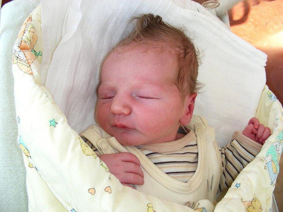 Mamince Aleně Štefáčkové a tatínkovi Ivovi Ženatému se ve středu 2. března narodil syn Matouš. Po příchodu na svět vážil Matoušek 3,31 kg a měřil rovných 50 cm. Chlapečka si rodiče odvezou domů do Prahy 4.