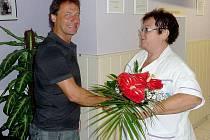 Jana Šrámková gratuluje jubilejnímu dárci krve