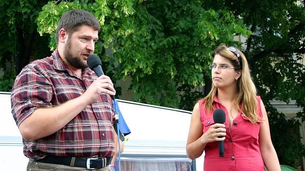 Starosta Hořovic Luboš Čížek se pokusil odpovědět na všetečné otázky moderátora a šéfredaktorky, ale také lidí, kteří na náměstí přišli.
