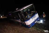 Autobus skončil po nehodě u Kuchaře mimo silnici.