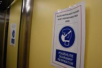Koronavirová bezpečnost ve výtahu jednoho z domů na sídlišti v pražské Krči.