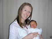 ŠŤASTNÁ maminka Veronika Milotová chová v náručí dcerku Helenu, kterou přivedla na svět 11. května 2017. Holčička v ten den vážila 3,34 kg a měřila 50 cm. Tatínek Tomáš a tříletý Matyášek Milotovi si maminku a Helenku odvezou z porodnice do Prahy – Řep.