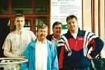 Na snímku je (zleva) Petr Škoda se strýcem Honzou, tatínkem Jiřím a bratrem Jirkou. Fotografie je pořízena před transplantací kostní dřeně.