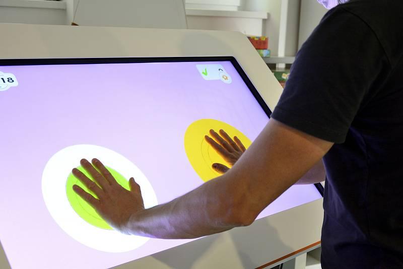Rehabilitační interaktivní tabule MYRO v berounské nemocnici.