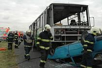 Profesionální i dobrovolní hasiči společně se středočeskými záchranáři cvičili na letišti u Hořovic.