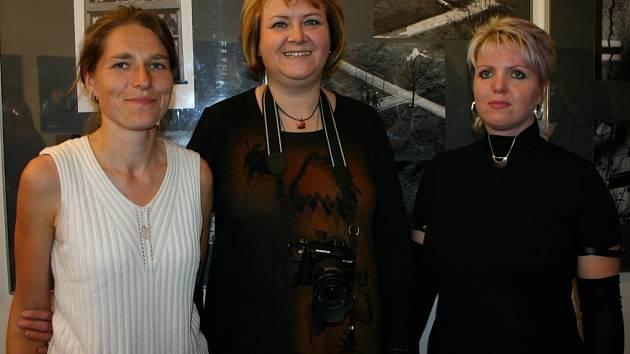 Skořepová, Bucharová a Šustrová (zleva) překvapily návštěvníky osobitými žensky laděnými fotografiemi.
