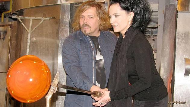 Lucie Bílá a Petr Vachler v nižborské sklárně