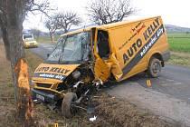 Řidič nákladního auta nezvládl předjíždění a narazil do stromu