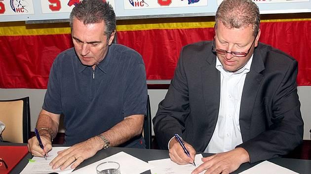 Viliam Sivek (vlevo) a Jiří Besser podepsali smlouvu o spolupráci klubů.