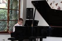 Návštěvníkům koncertu zahráli žáci školy.