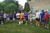 Volejbalový turnaj v Přílepech vyhrály tým z Lubné, tady je závěrečný ceremoniál všech družstev.