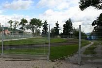Centrální dětské hřiště, které vyroste v areálu místní sokolovny, budou v Králově Dvoře moci využívat děti ze všech městských lokalit. Před zničením ho bude chránit pevné oplocení
