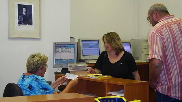 V berounské knihovně si lidé mohou půjčovat knihy nyní jen v pondělí a ve středu.
