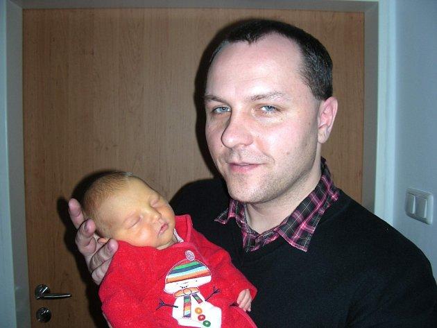Petr Šatra z Berouna chová v náručí prvorozenou dcerku Šarlotu, kterou přivedla na svět Šárka Šatrová 2. ledna. Holčička vážila po porodu 3,34 kg a měřila 49 cm. Dědeček Zdeněk slavil 3. ledna narozeniny a vnučka je pro něj nejkrásnějším dárkem.