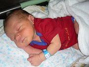 ŠIMON Hošek se narodil ve čtvrtek 20. července 2017 ve 21:40 hodin. Šimonkovi sestřičky na porodním sále navážily 3,02 kg a naměřily 48 cm. Rodiče Kateřina Jetelová a Šimon Hošek si prvorozeného syna odvezli domů do Berouna.